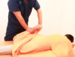 足の付け根や太ももの内側の痛みの施術