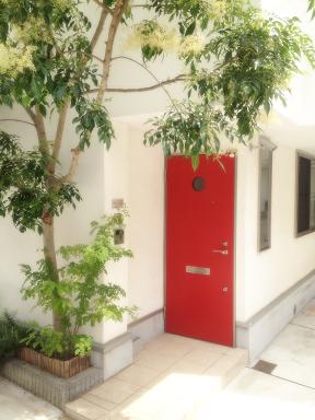 幡ケ谷で腰痛、肩コリ改善の満足度No.1!アメリカ式論理的整体は、白い家に赤いドアが目印です